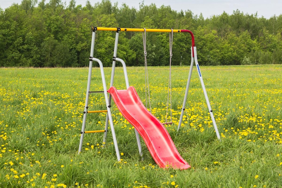 Оборудование детской площадки на даче — выбираем качели и горки